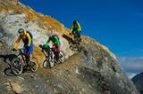 Biker auf abschüssigem Gelände