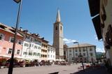 Dorfplatz in Kaltern mit Kirche