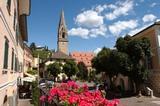 Dorfplatz mit Kirche Tramin