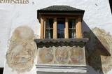 Erker mit Fresken am Turmhaus in St. Martin