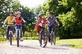 Familie auf den Fahrrädern