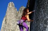 Frau in der Kletterwand