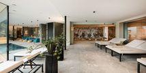 Indoor-Wellnessbereich mit Designer-Lounge und Infrarotliegen