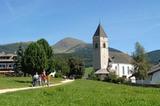 Kirche in Meransen mit Gitschberg im Hintergrund