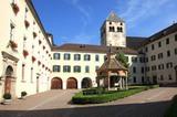 Kloster Neustift Innenhof mit Wunderbrunnen
