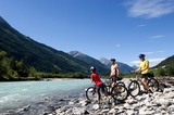 Mountainbiker machen Halt an der Lech