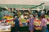 Obstmarkt in Bozen mit Torgglhaus im Hintergrund