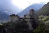 Schloss Tirol im Vordergrund, St.Peter im Hintergrund rechts und die nebelbehangene Zielspitze ganz im Hintergrund.