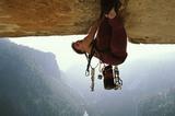 Überhängender Kletterer